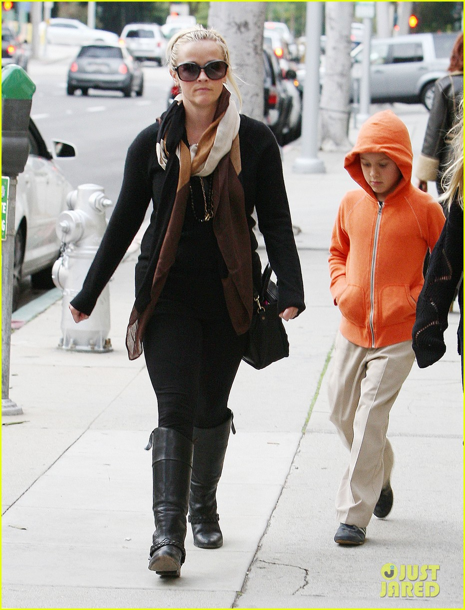 ryan phillippe eats subway reese witherspoon kids shop 07