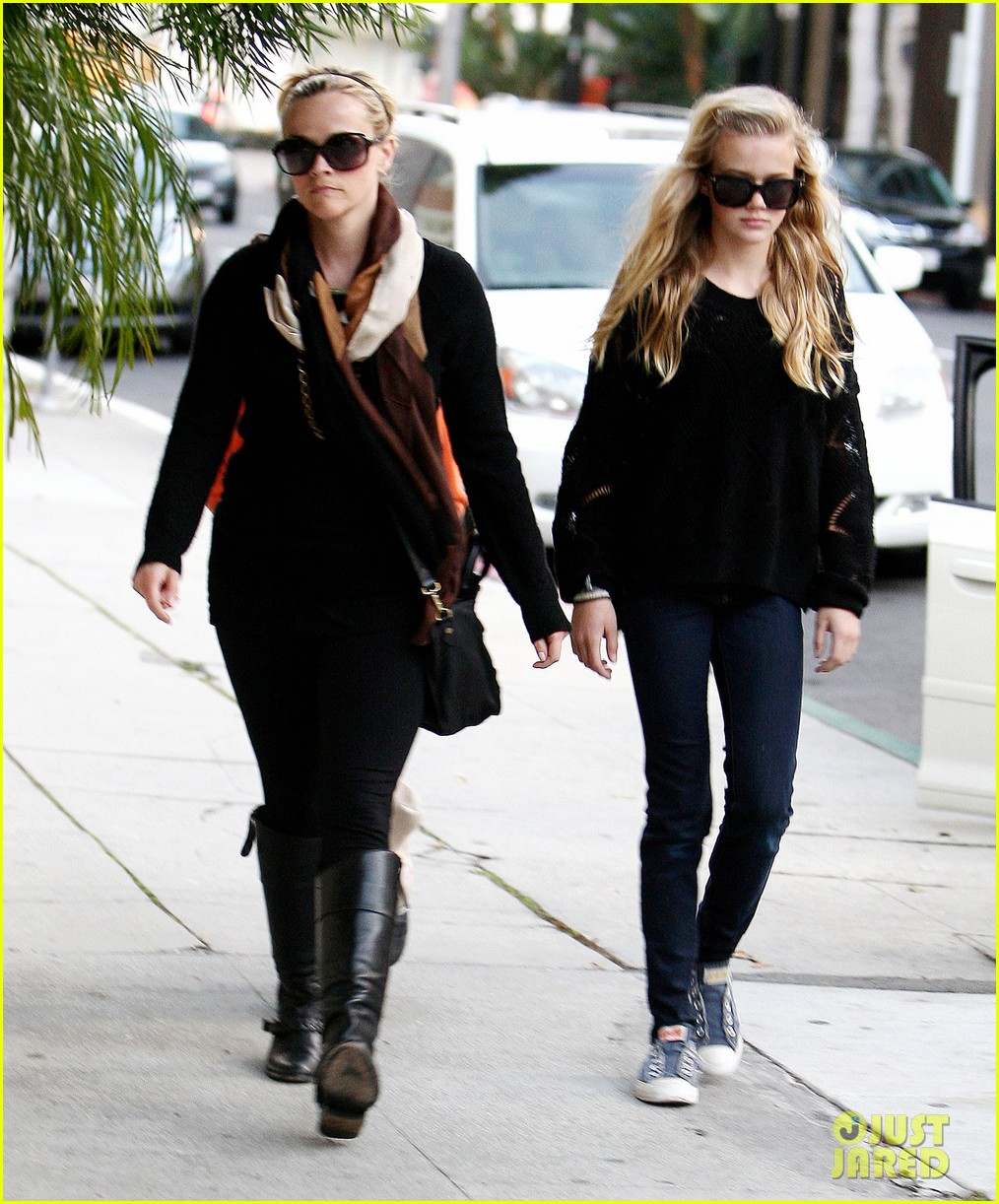 ryan phillippe eats subway reese witherspoon kids shop 092789864