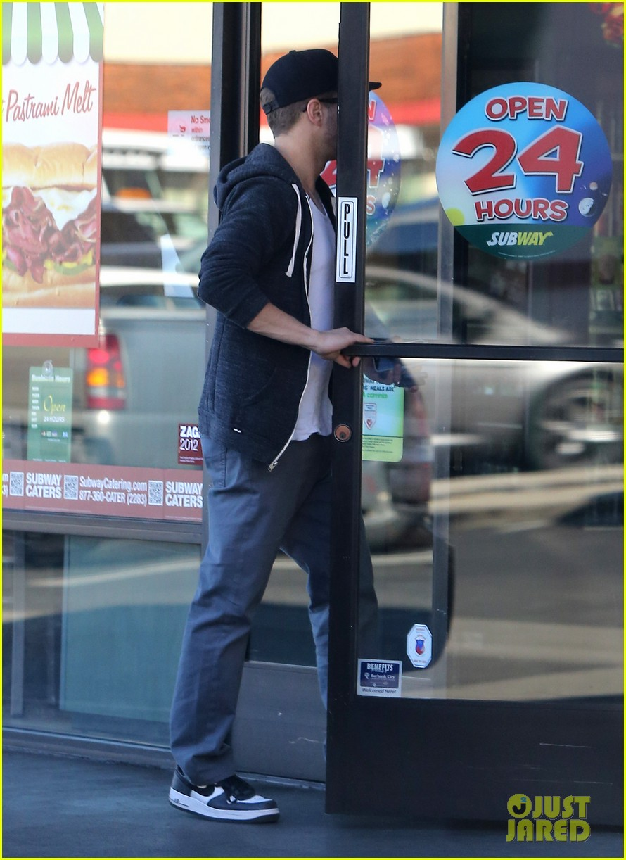 ryan phillippe eats subway reese witherspoon kids shop 122789867