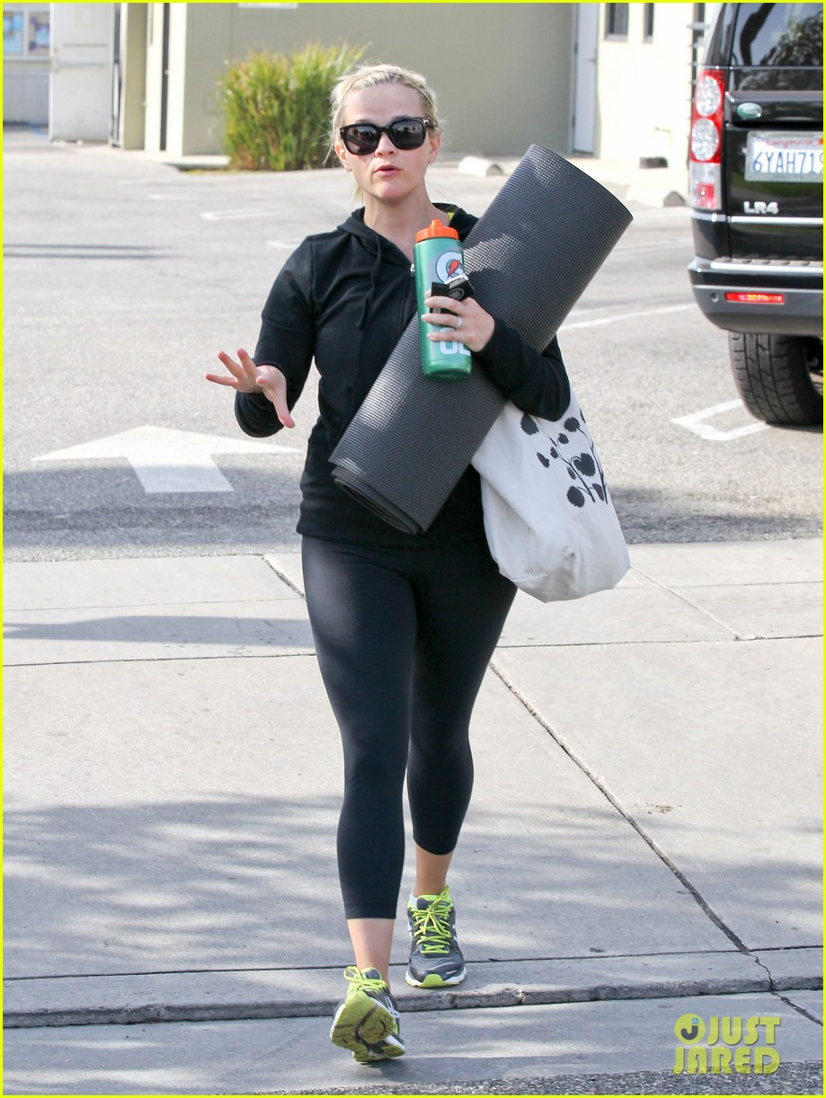 reese witherspoon wednesday yoga woman 092787534