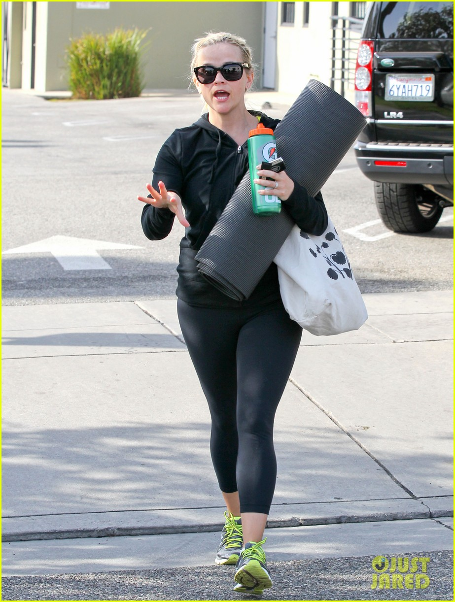 reese witherspoon wednesday yoga woman 102787535