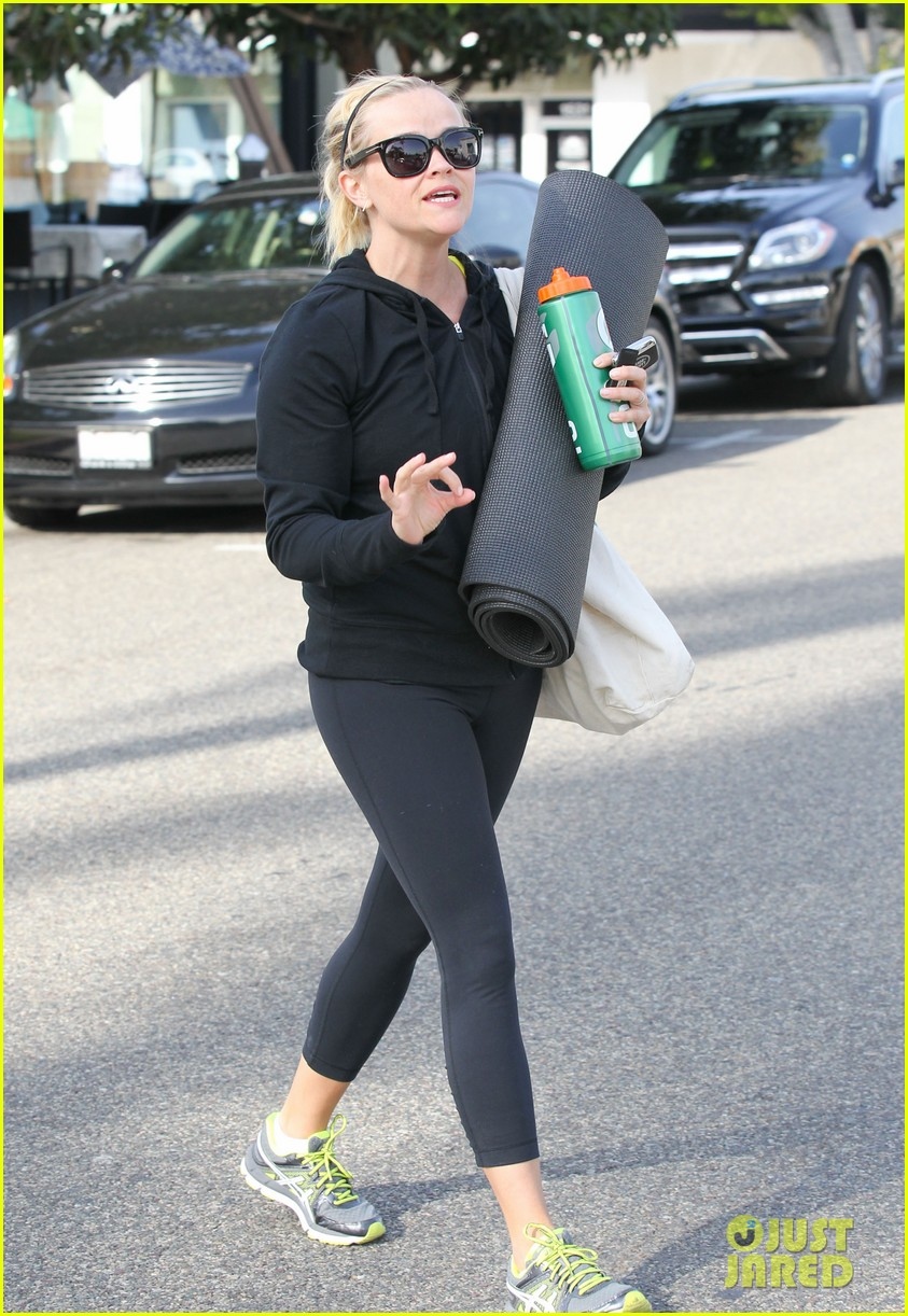 reese witherspoon wednesday yoga woman 11