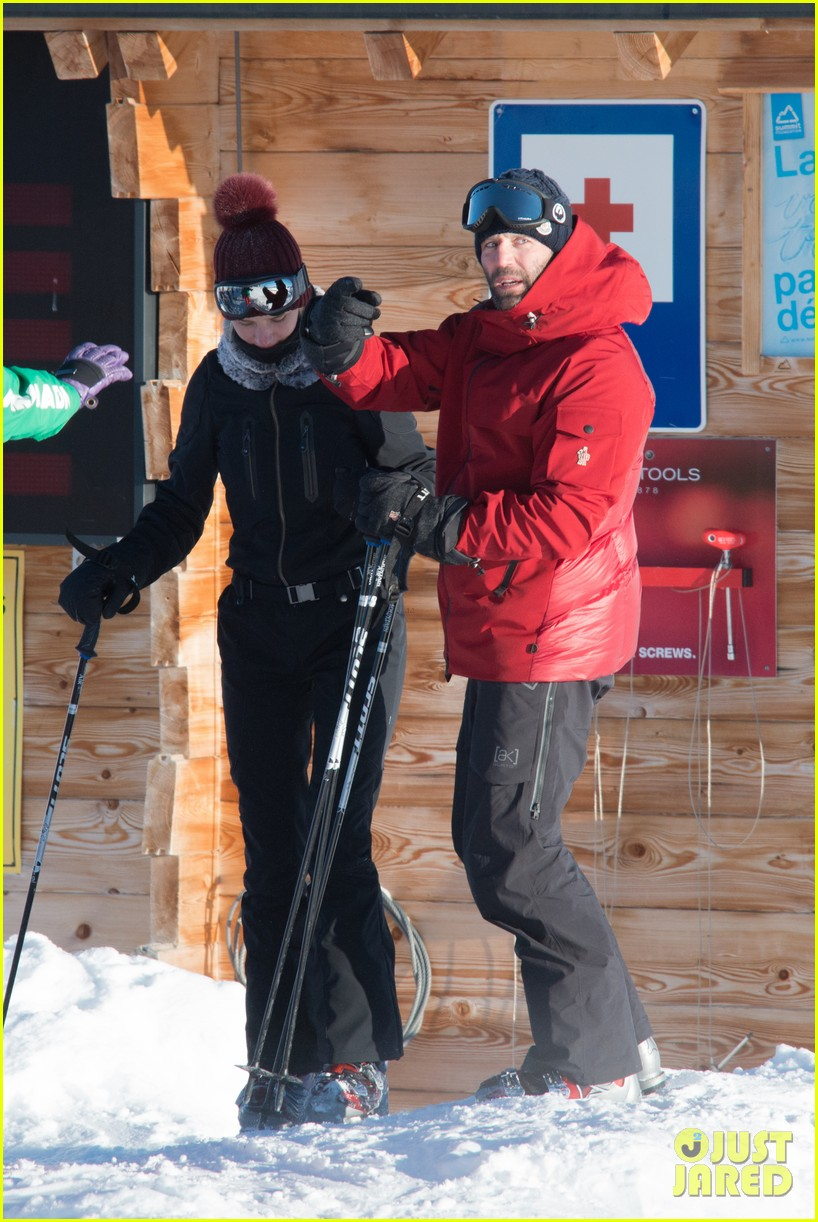 rosie huntington whiteley jason statham ski slope kisses 032784334