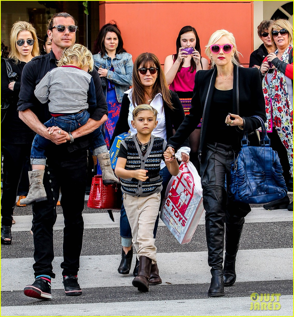 gwen stefani gavin rossdale toy shopping with the kids 012800217