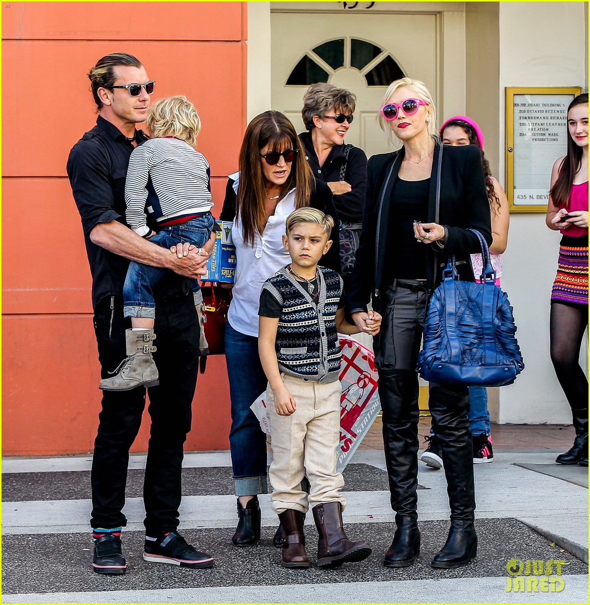 gwen stefani gavin rossdale toy shopping with the kids 032800219