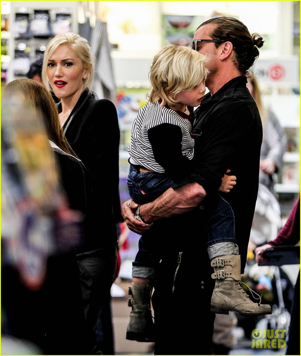 gwen stefani gavin rossdale toy shopping with the kids 042800220