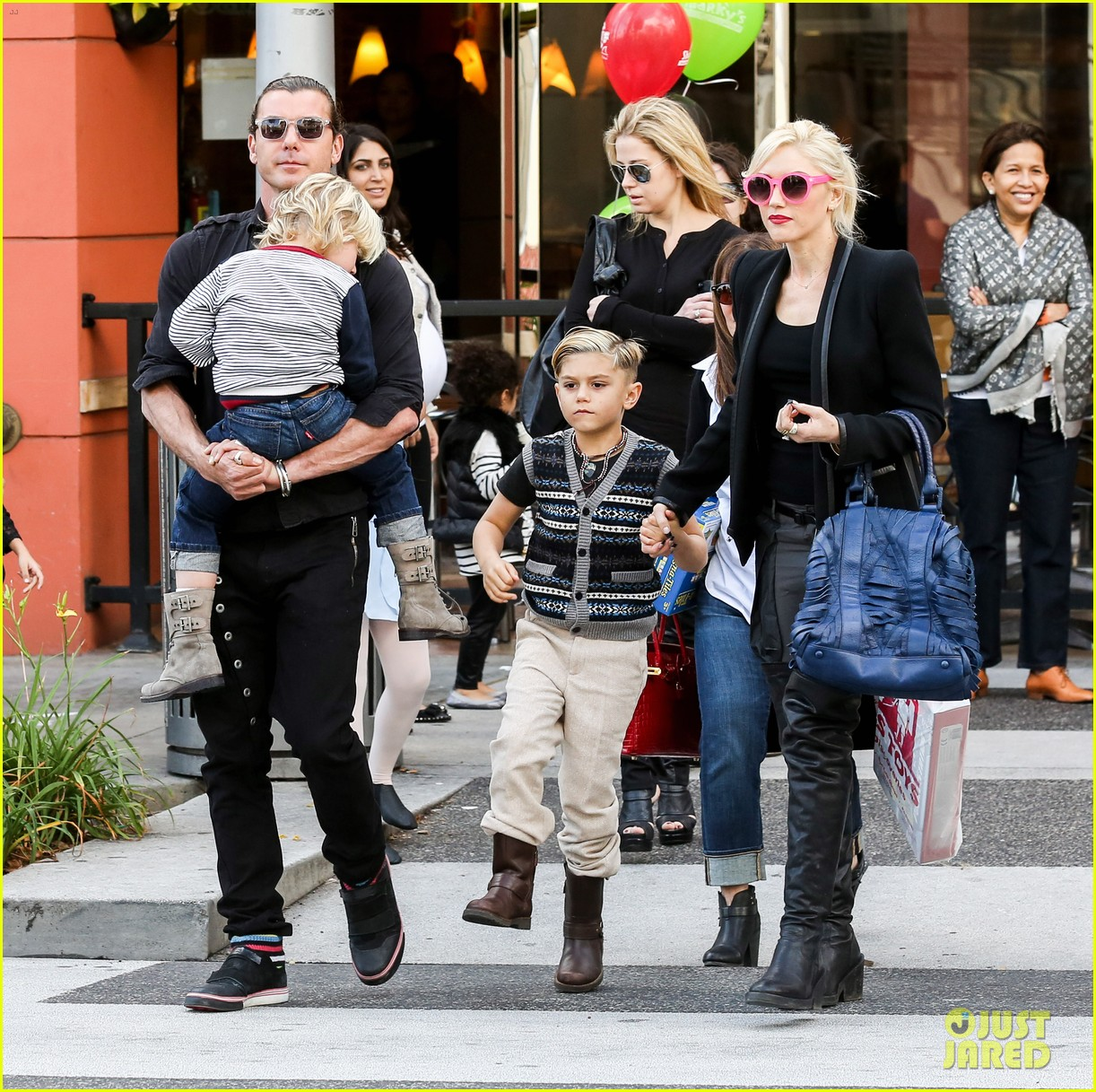 gwen stefani gavin rossdale toy shopping with the kids 062800222