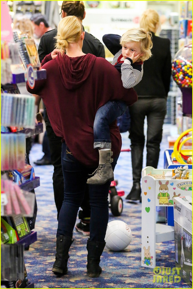 gwen stefani gavin rossdale toy shopping with the kids 122800228