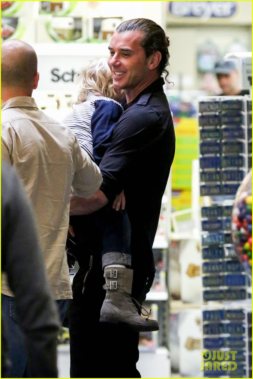 gwen stefani gavin rossdale toy shopping with the kids 142800230