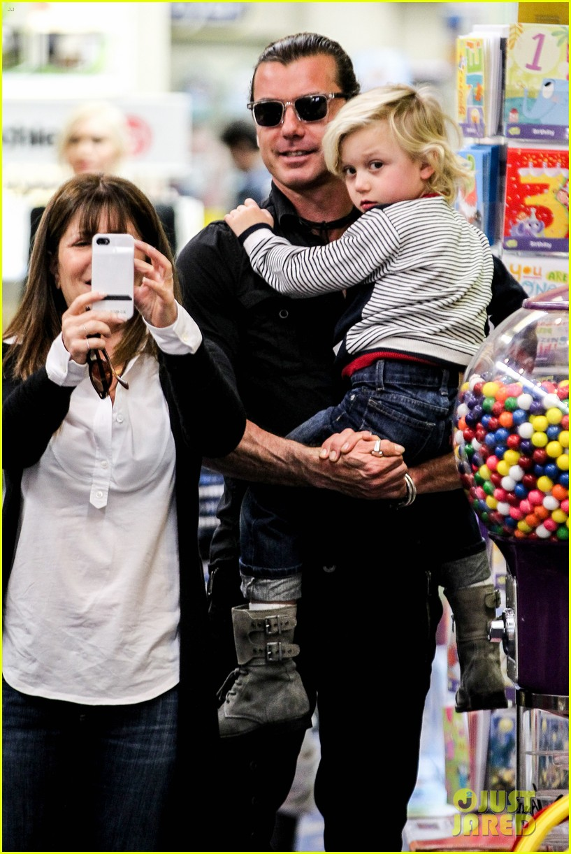 gwen stefani gavin rossdale toy shopping with the kids 192800235