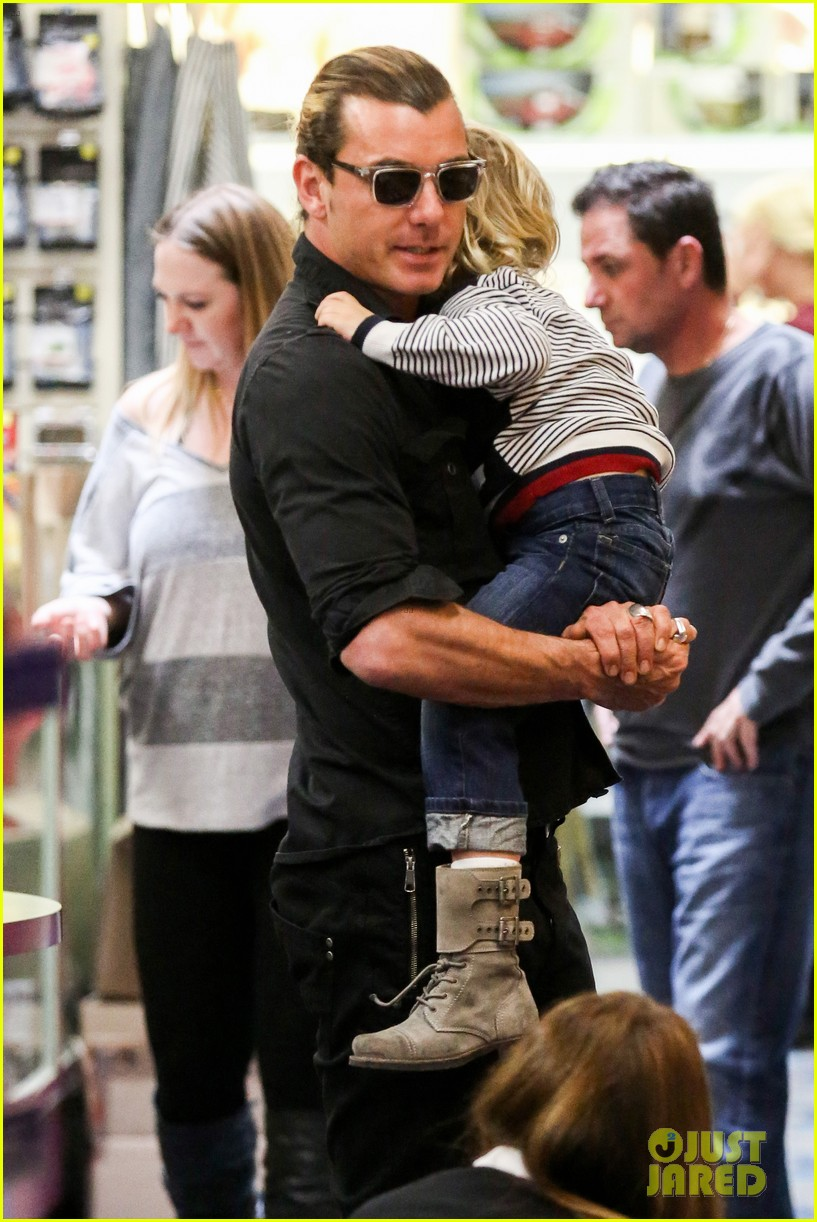 gwen stefani gavin rossdale toy shopping with the kids 212800237