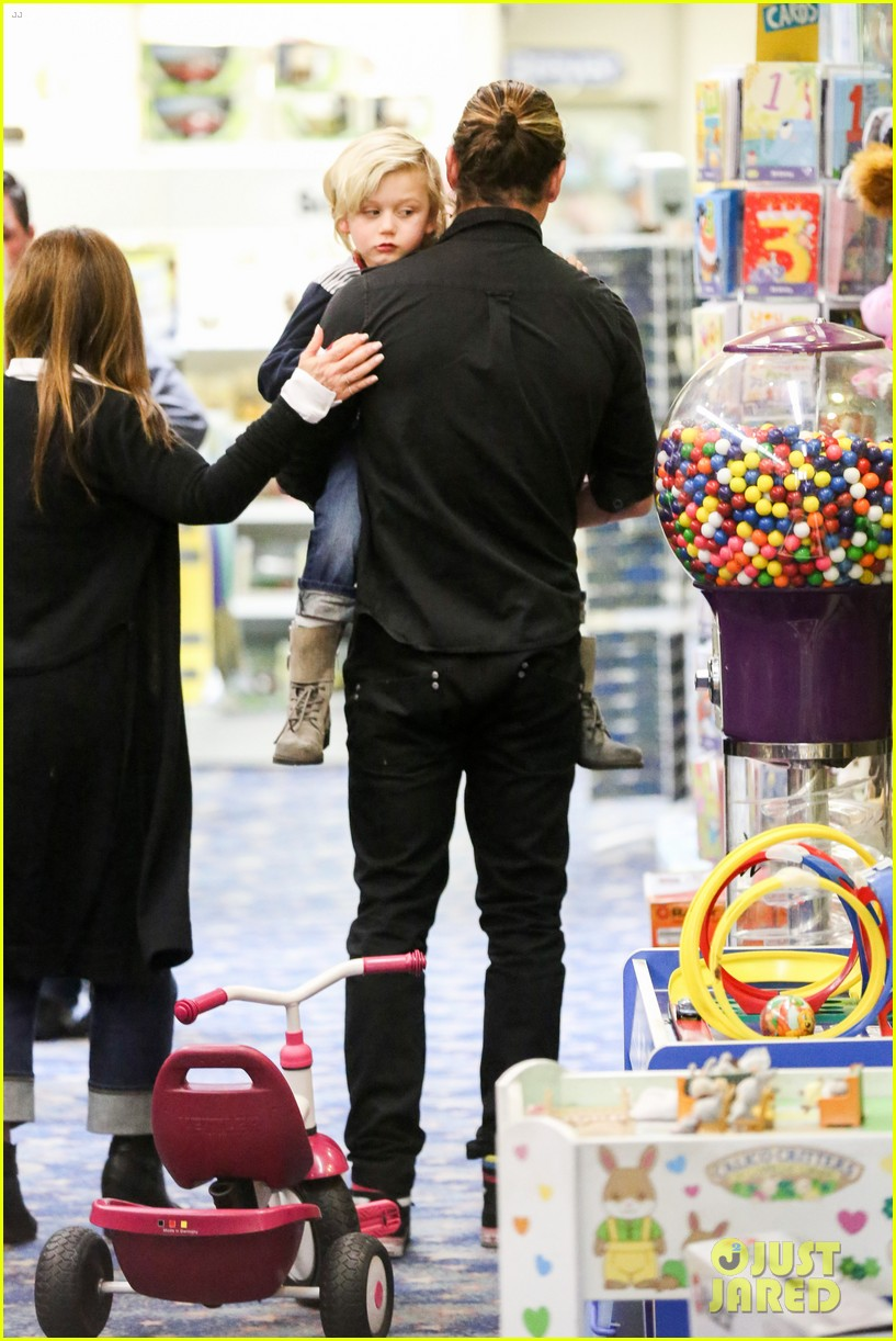 gwen stefani gavin rossdale toy shopping with the kids 222800238