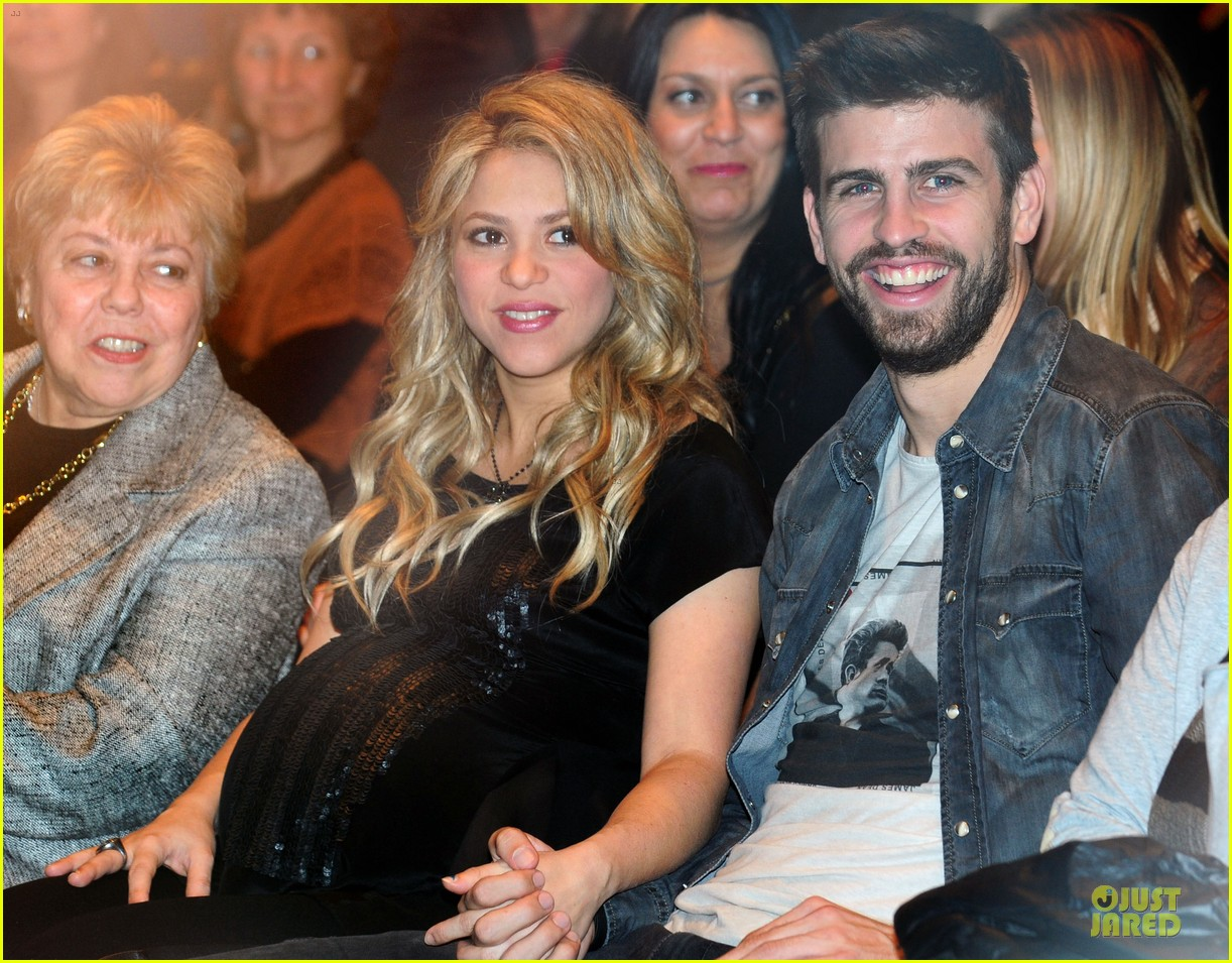 Pregnant Shakira  amp  Gerard Pique   The Wind and Random  Book    Hijo De Shakira Y Pique