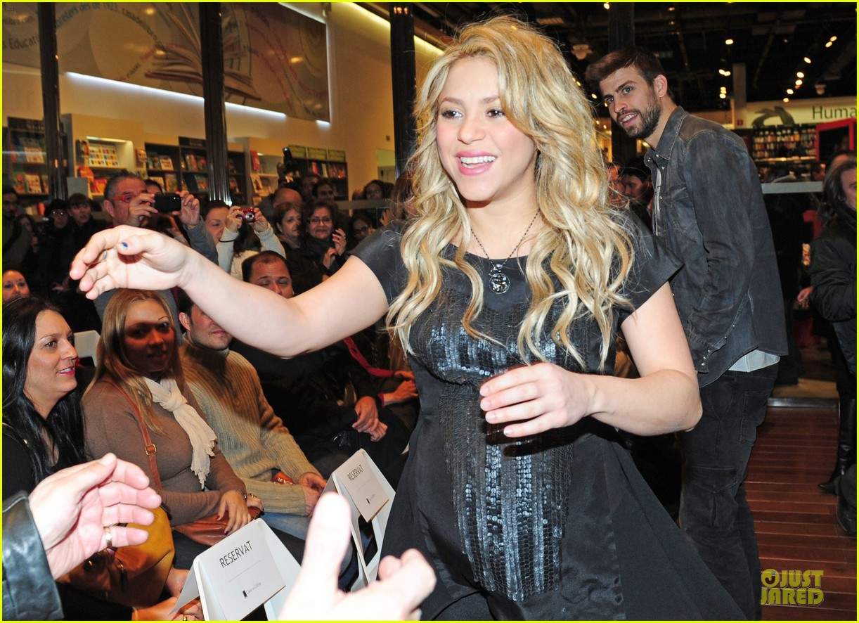 shakira gerard pique the wind and random book presentation 062792482
