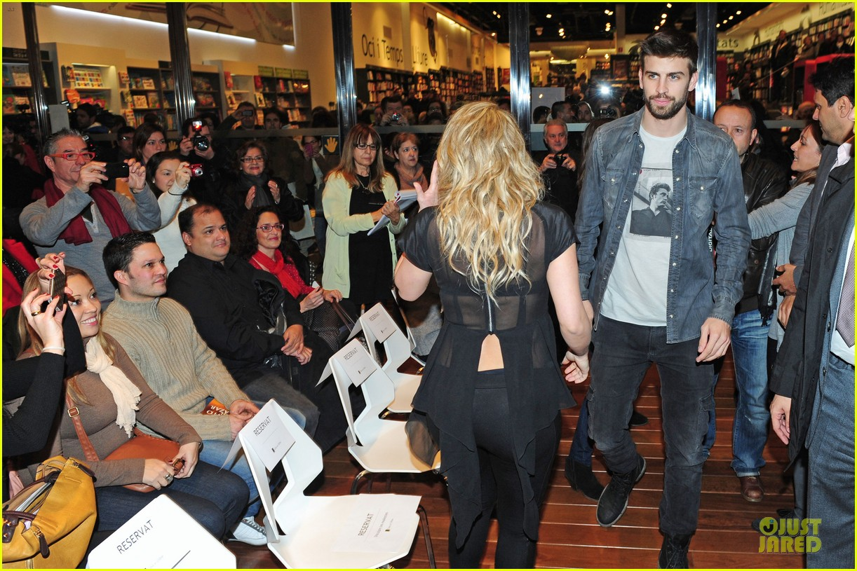 shakira gerard pique the wind and random book presentation 112792487