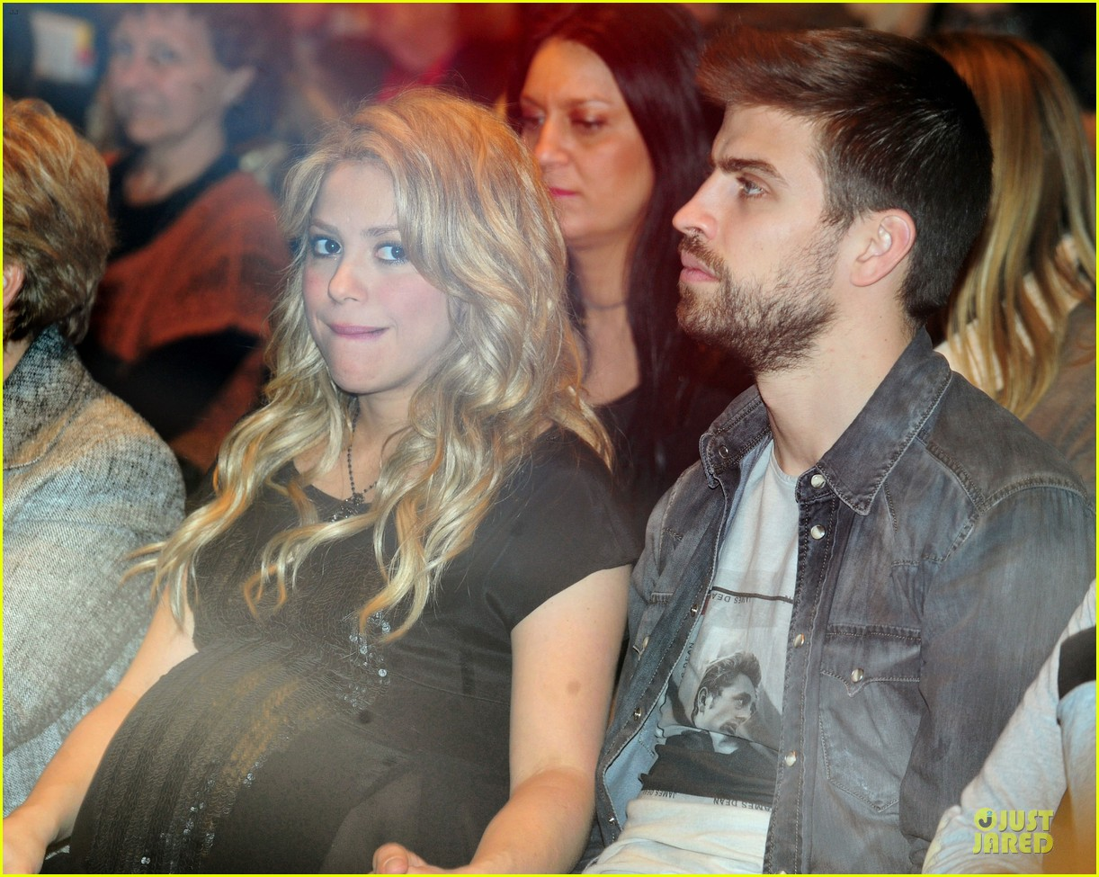 shakira gerard pique the wind and random book presentation 12