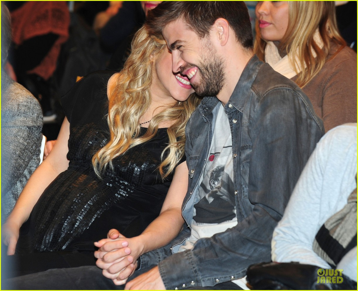 shakira gerard pique the wind and random book presentation 132792489