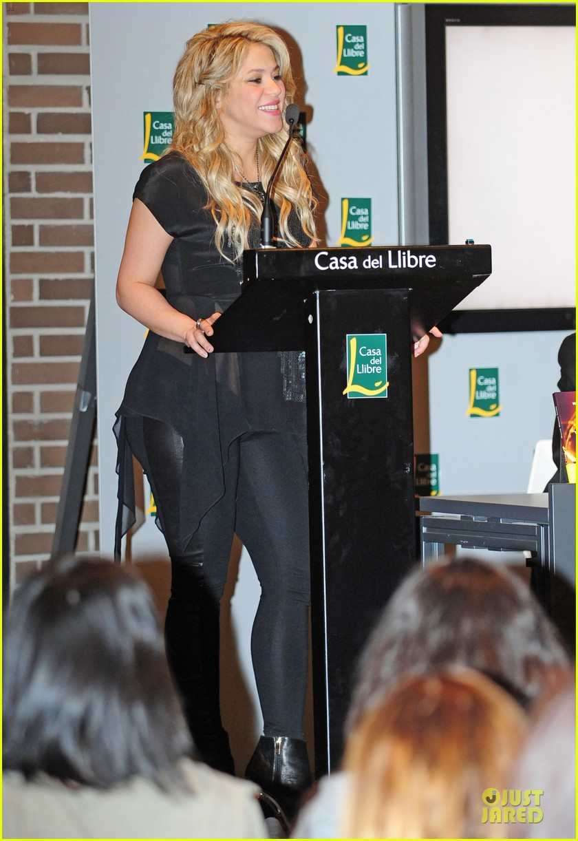 shakira gerard pique the wind and random book presentation 23