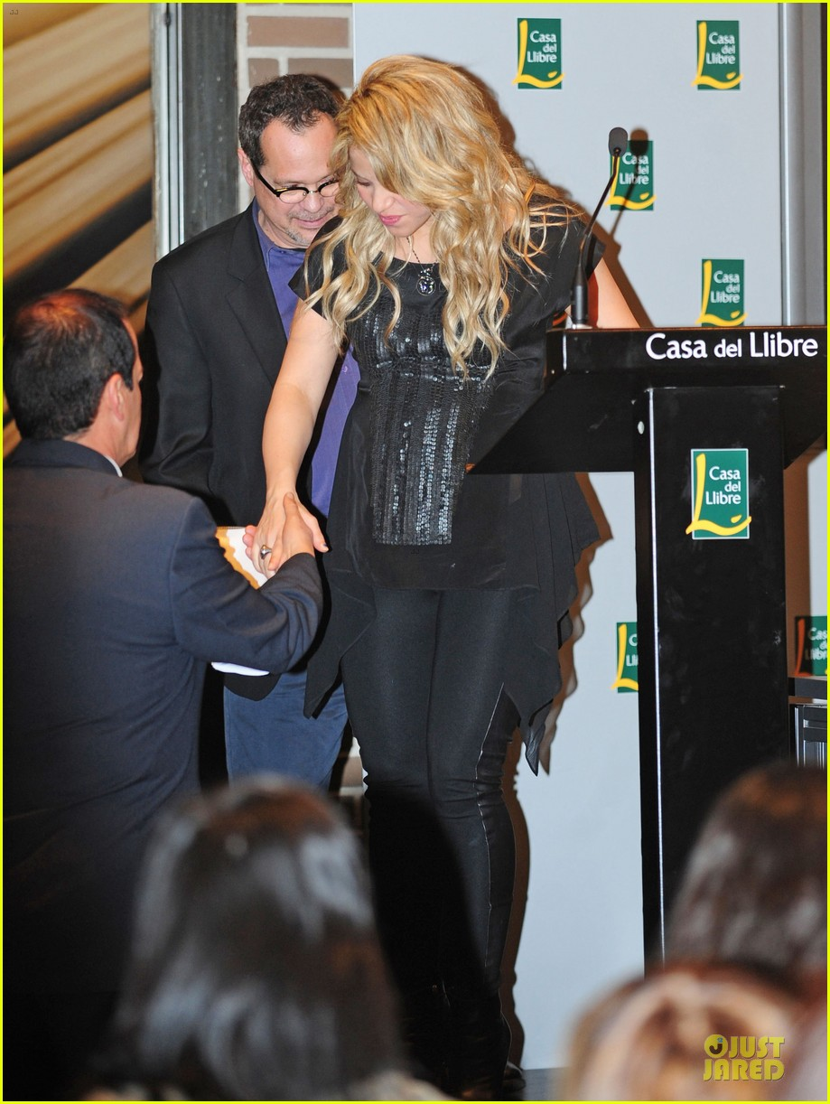 shakira gerard pique the wind and random book presentation 26