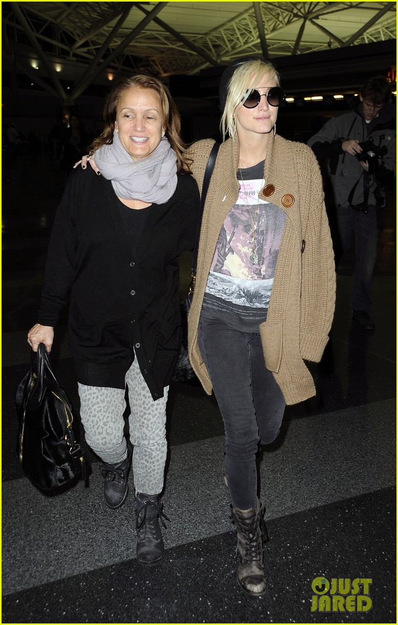 ashlee simpson jfk hugs for mom tina 042784215