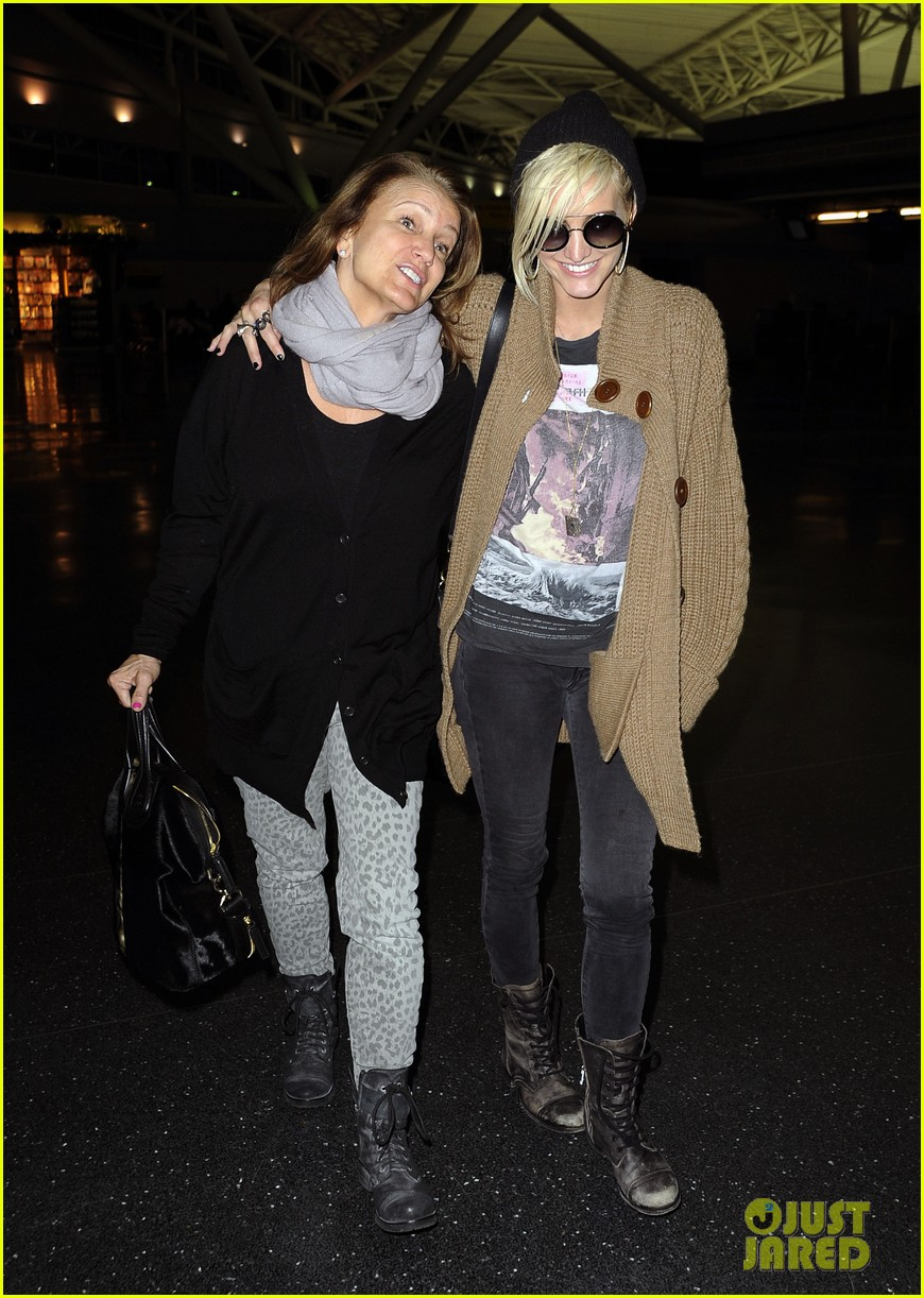 ashlee simpson jfk hugs for mom tina 072784218