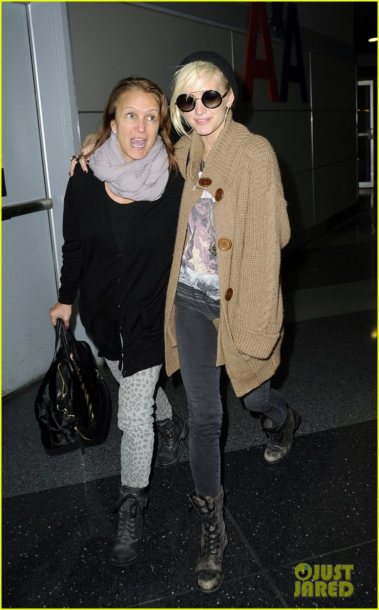 ashlee simpson jfk hugs for mom tina 142784225
