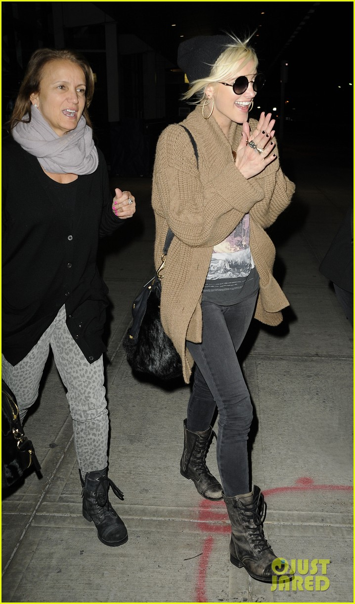 ashlee simpson jfk hugs for mom tina 16