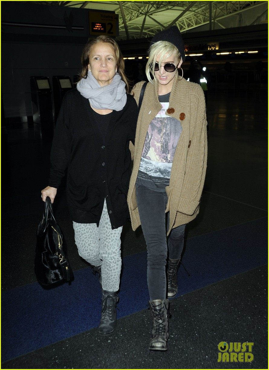 ashlee simpson jfk hugs for mom tina 202784231