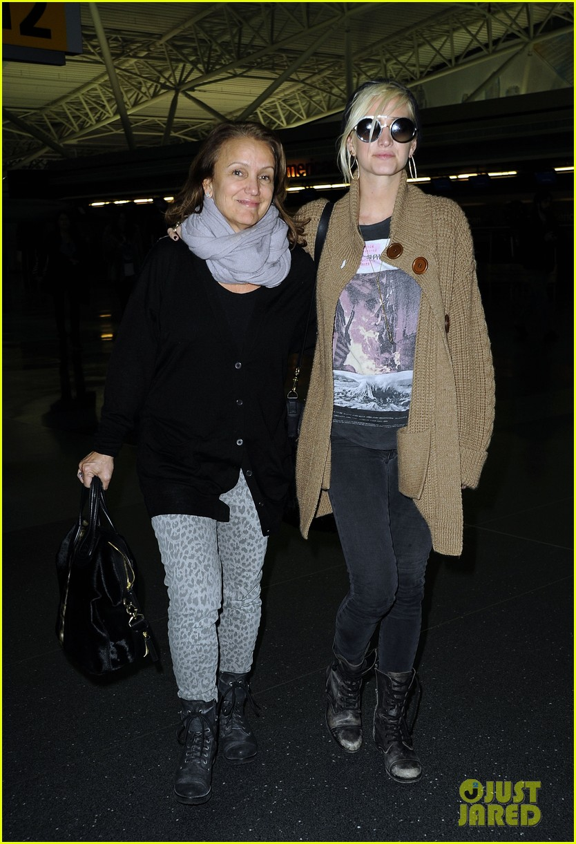 ashlee simpson jfk hugs for mom tina 21