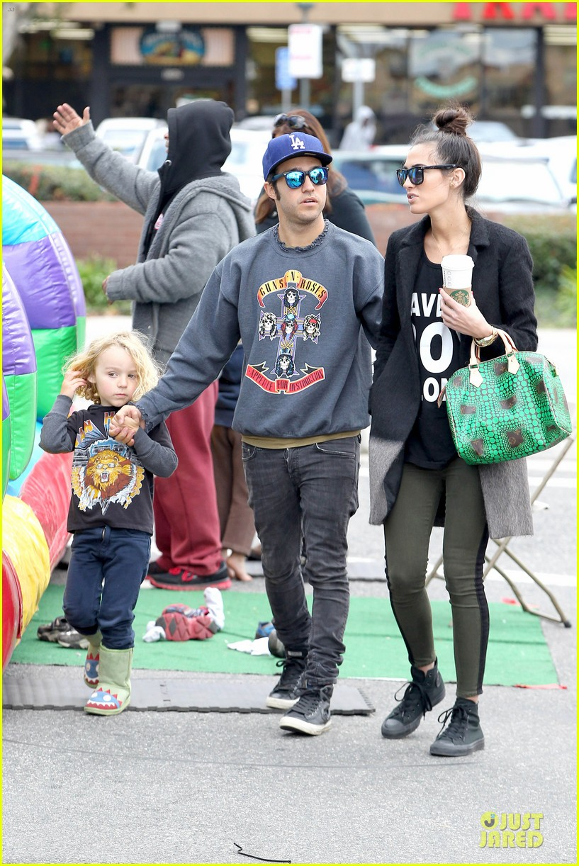 ashlee simpson beanie arrival in los angeles 032786468