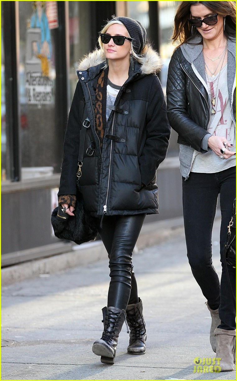 ashlee simpson soho stroll with a gal pal 052784865