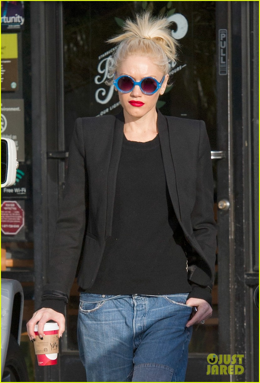 gwen stefani baggy jeans at starbucks 022789096