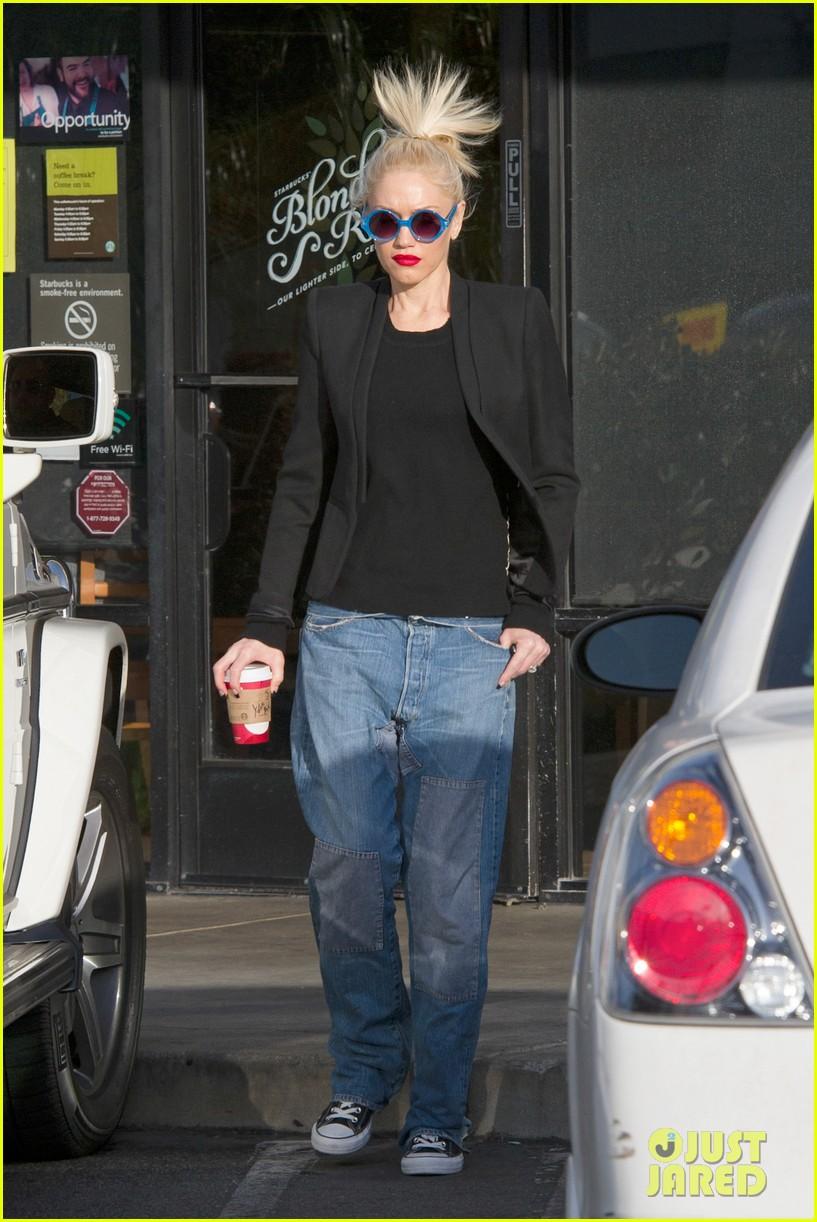 gwen stefani baggy jeans at starbucks 082789102
