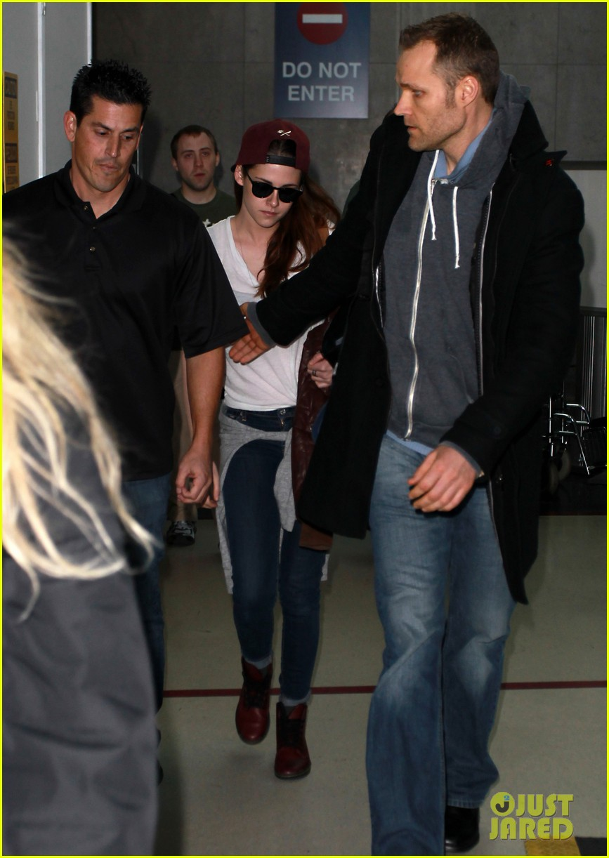kristen stewart changes clothes for lax landing 11