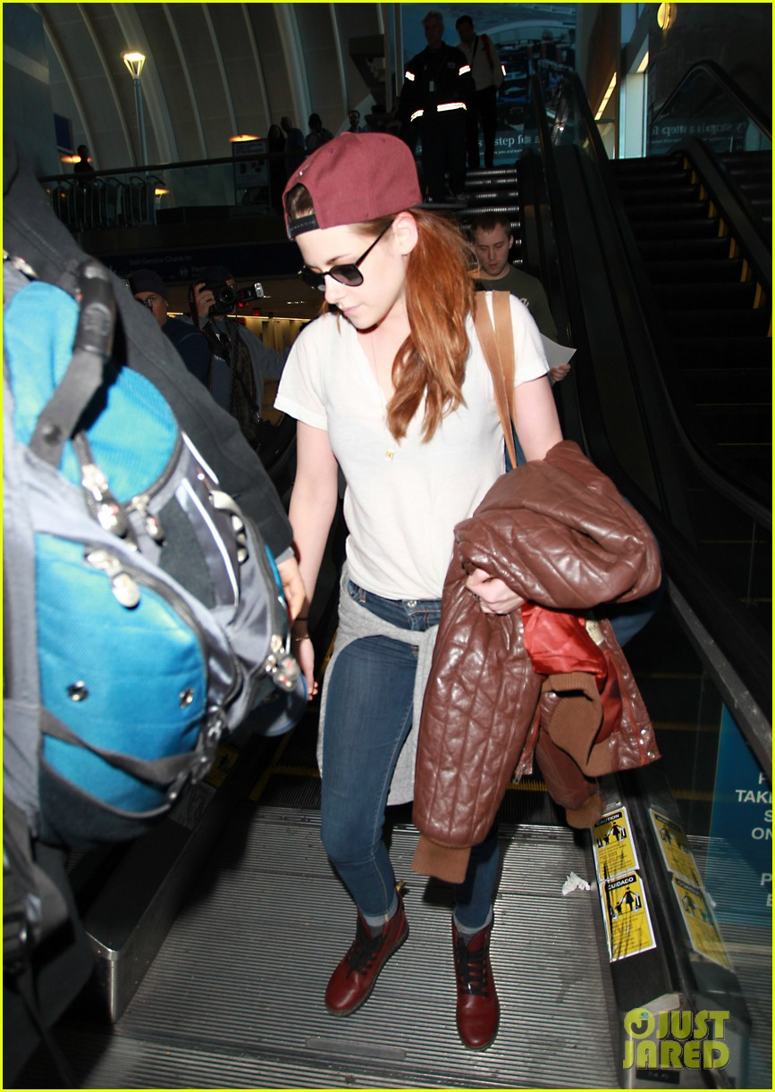 kristen stewart changes clothes for lax landing 152789990