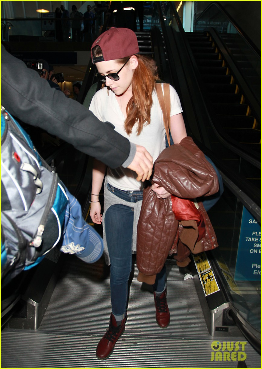 kristen stewart changes clothes for lax landing 162789991