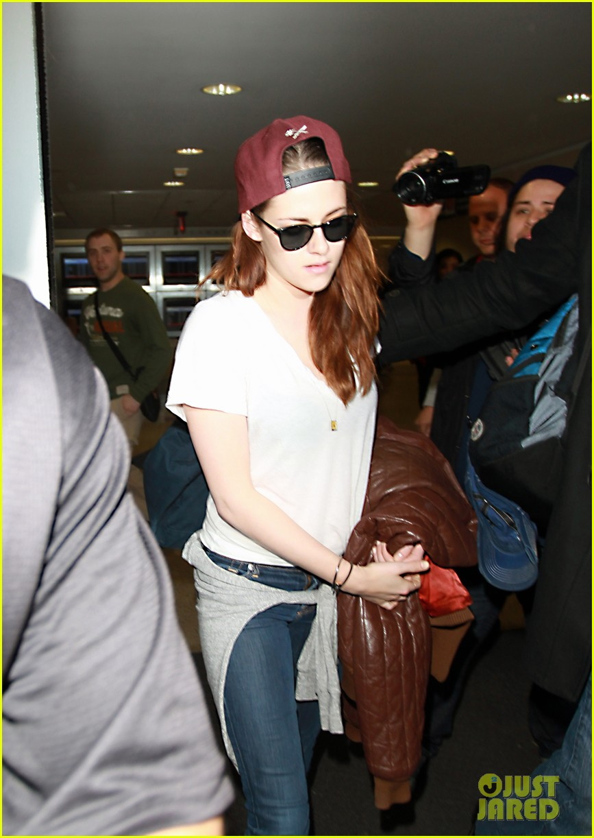 kristen stewart changes clothes for lax landing 202789995