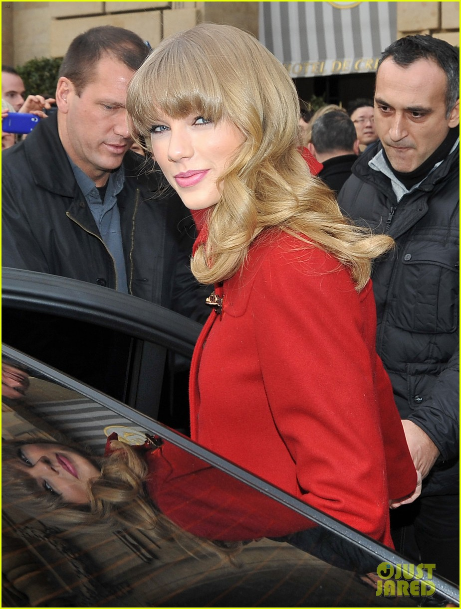 taylor swift hailee steinfeld paris sightseeing pair 092800172