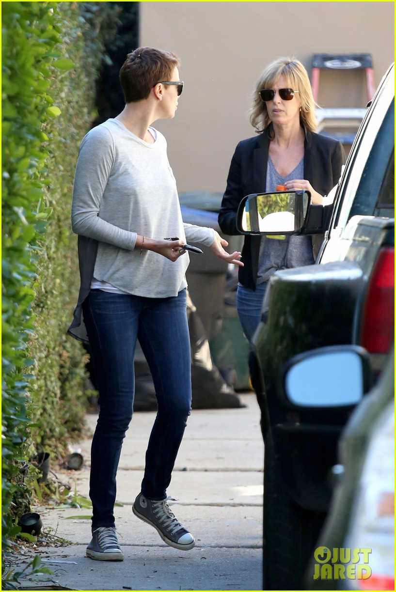 charlize theron lends a helping hand 052793820