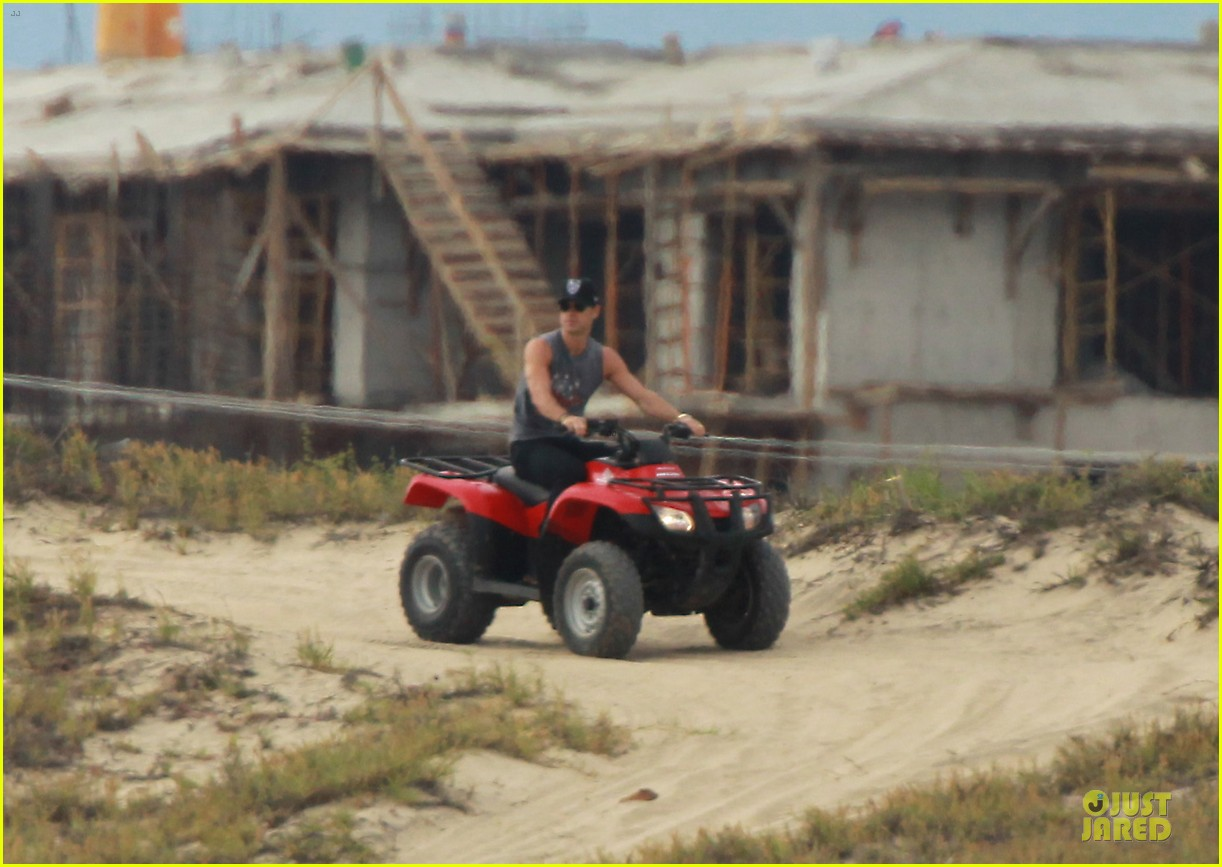 justin theroux new years eve atv riding 032783274
