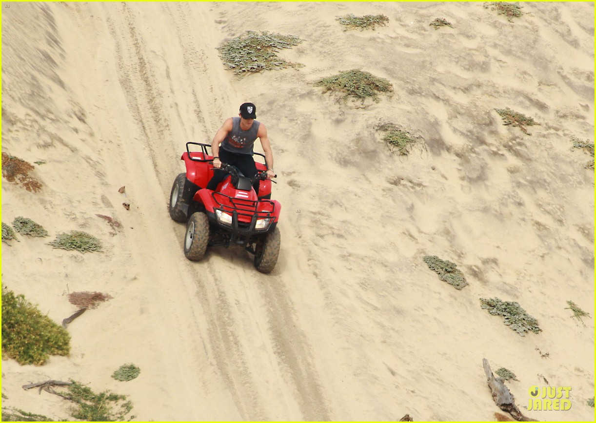 justin theroux new years eve atv riding 102783281