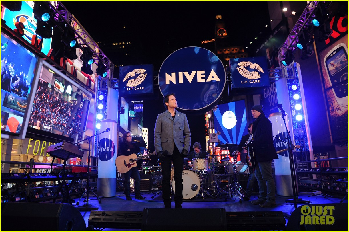 train new years eve performance in times square 032783093