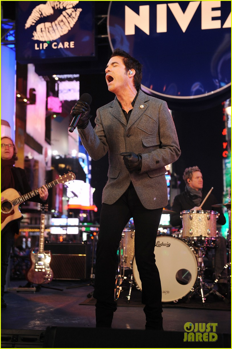 train new years eve performance in times square 052783095