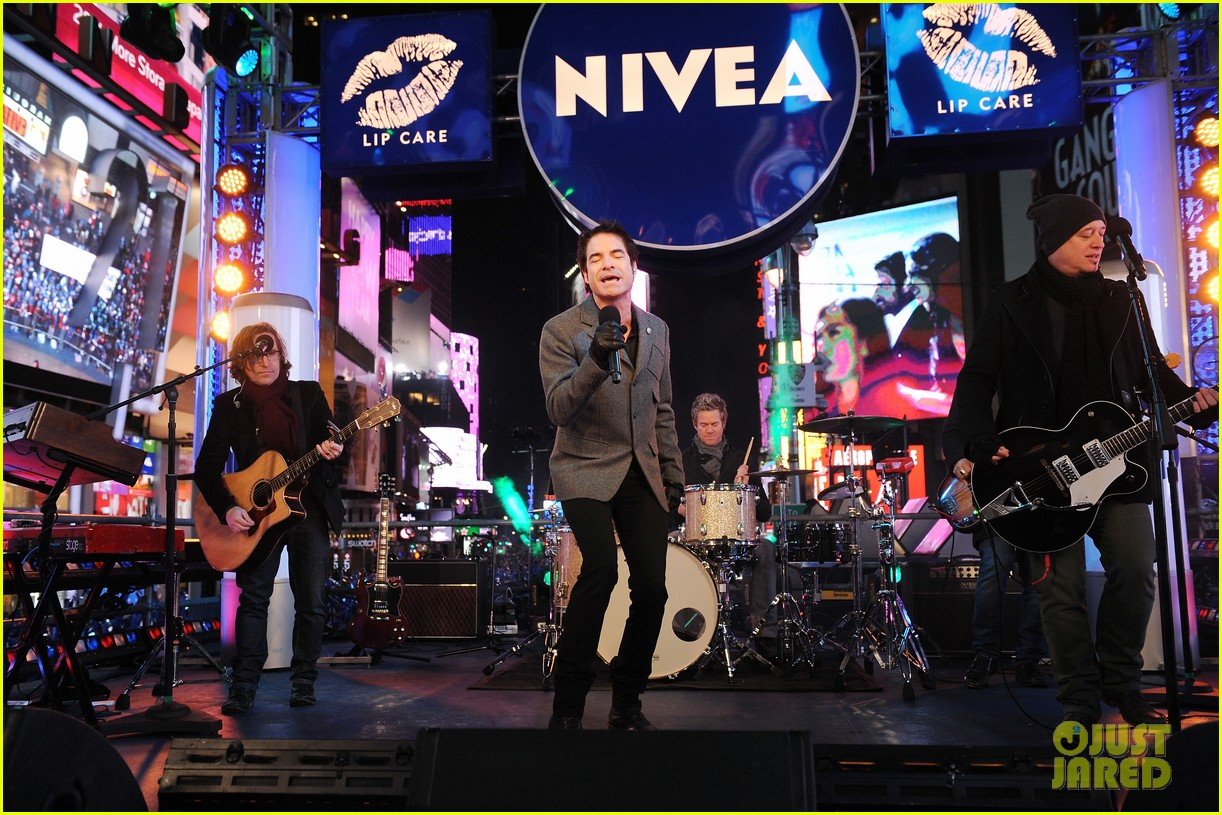 train new years eve performance in times square 07