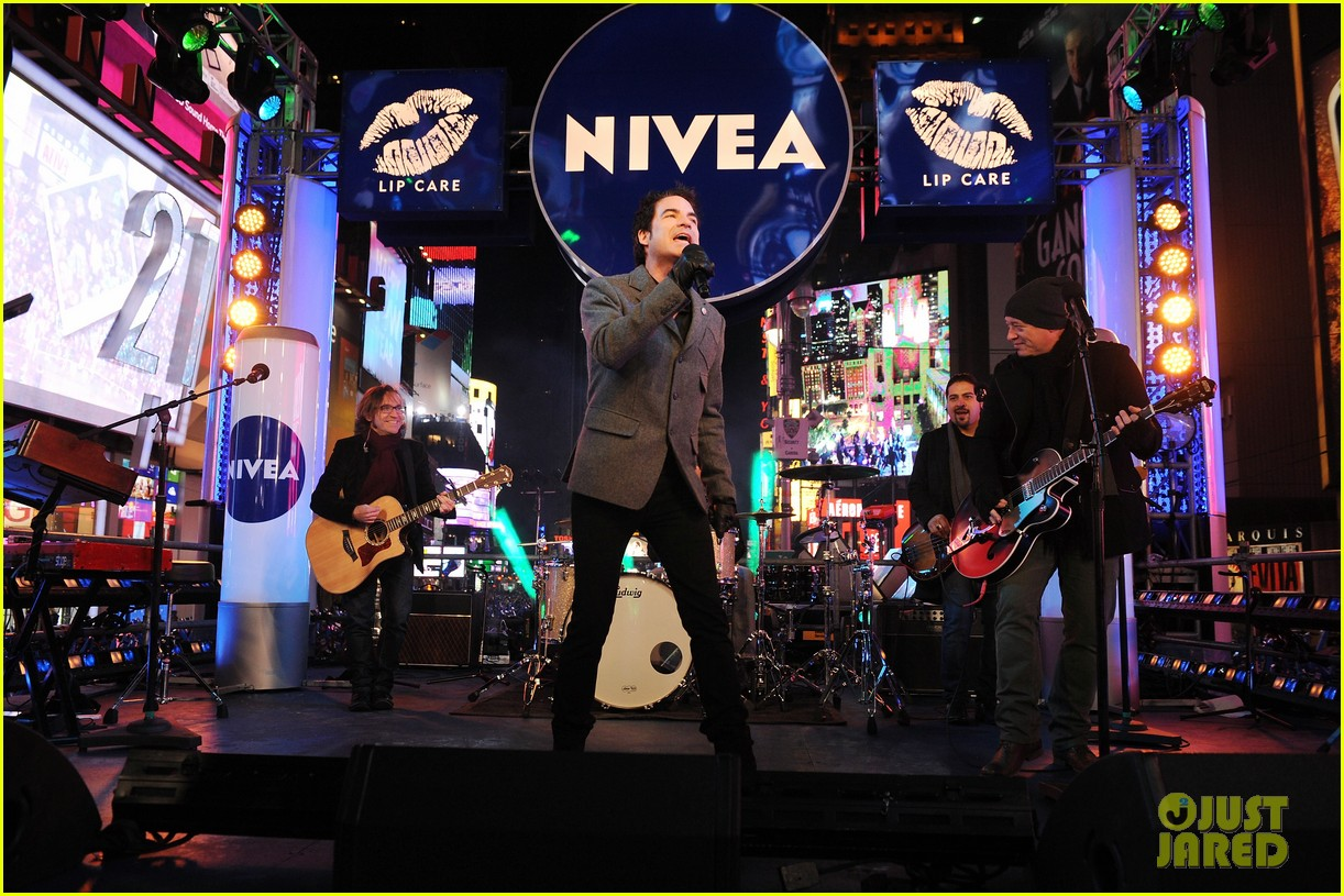 train new years eve performance in times square 112783101