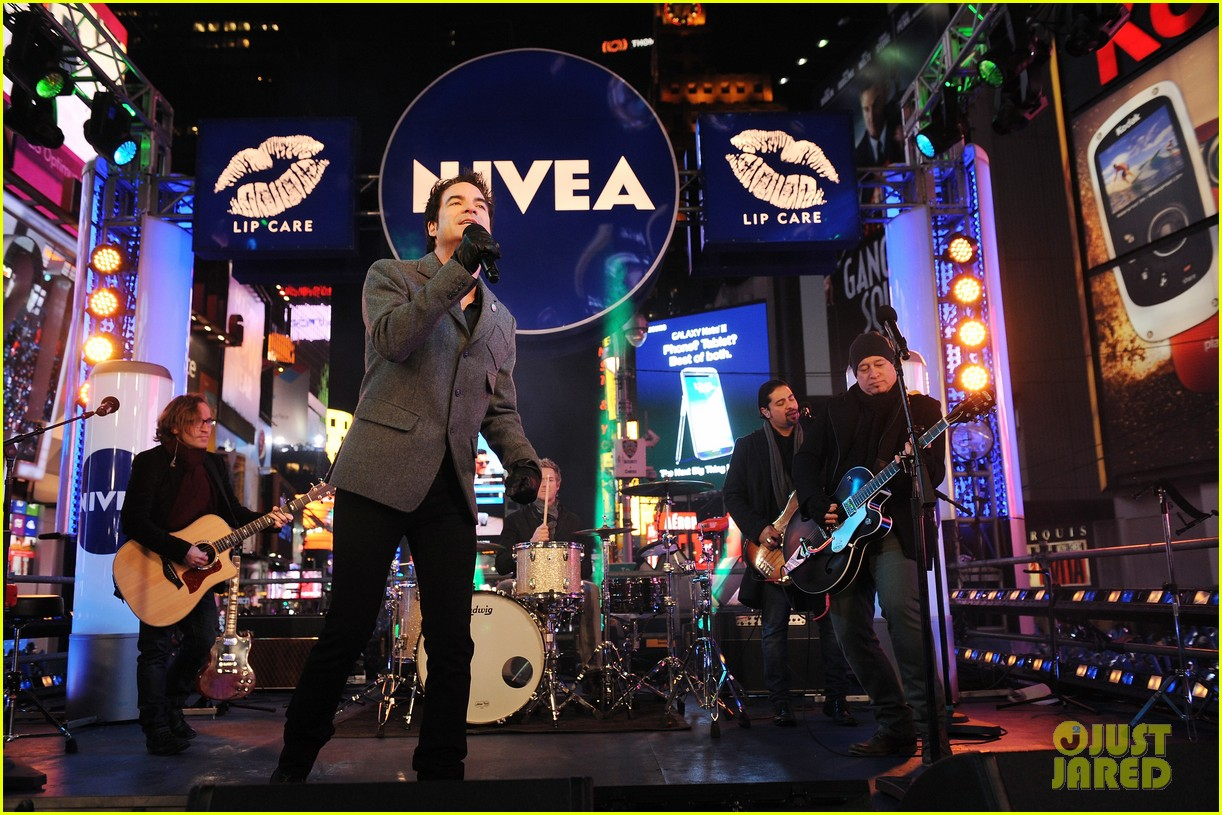 train new years eve performance in times square 122783102