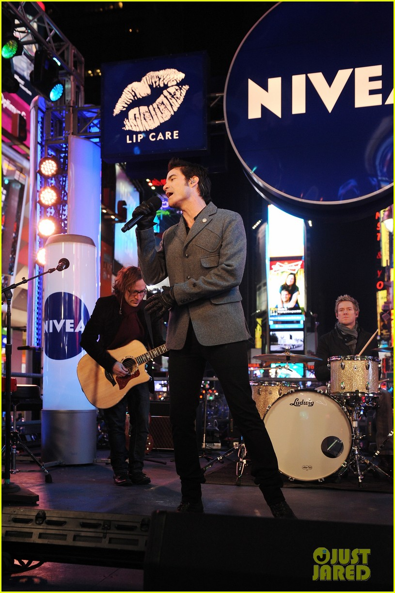 train new years eve performance in times square 152783105