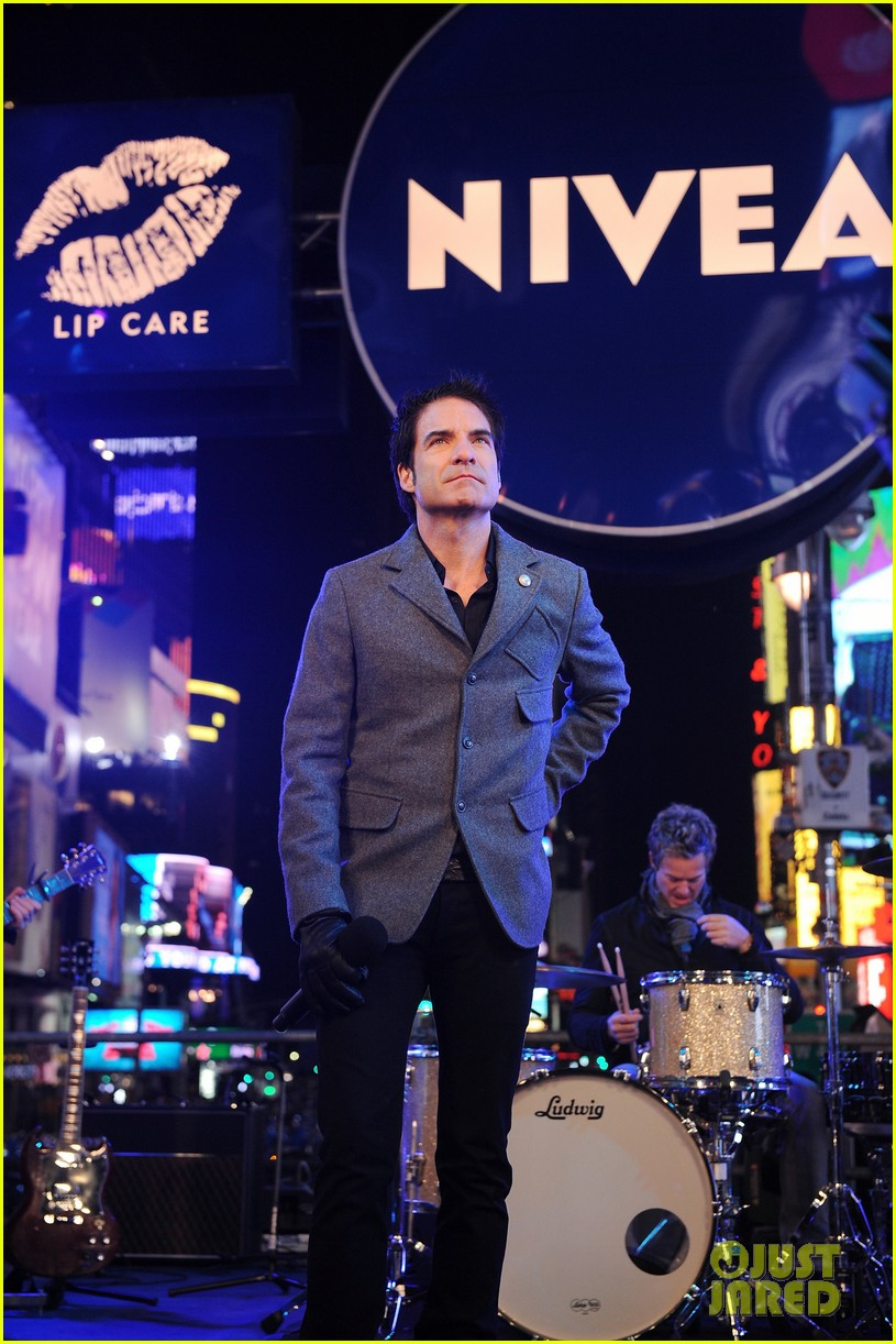 train new years eve performance in times square 182783108