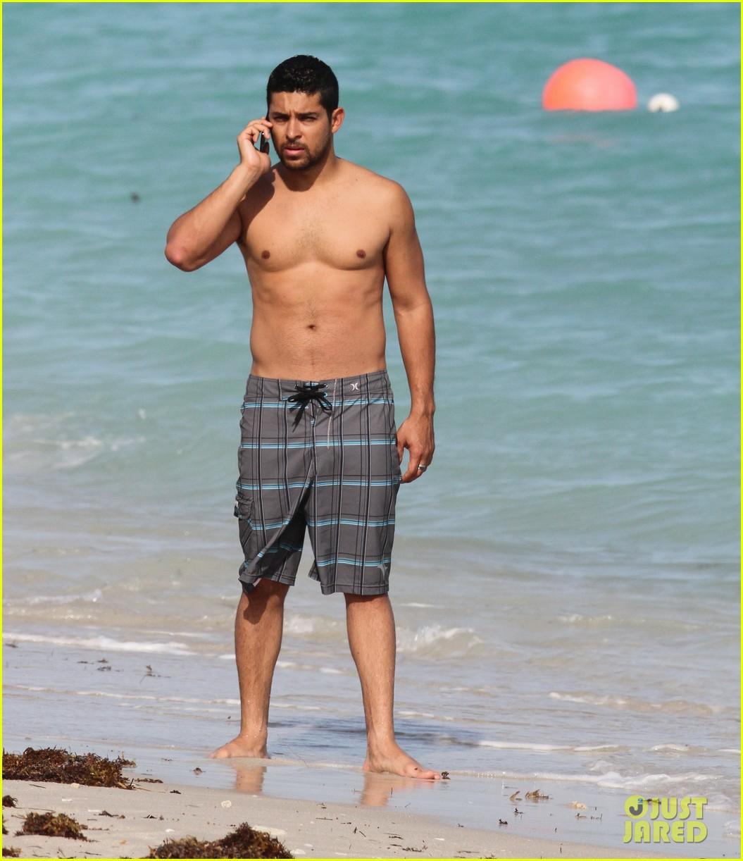 wilmer valderrama shirtless in miami beach 032786308