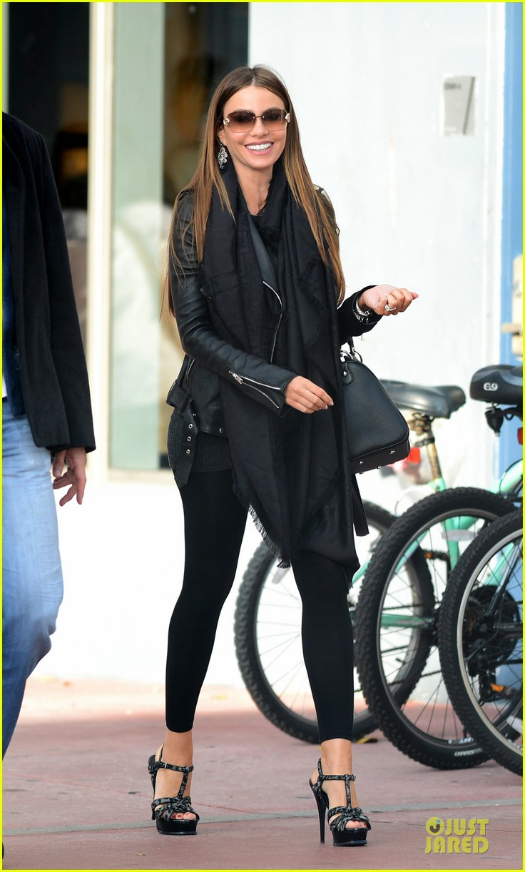 sofia vergara & nick loeb mall shopping couple 03